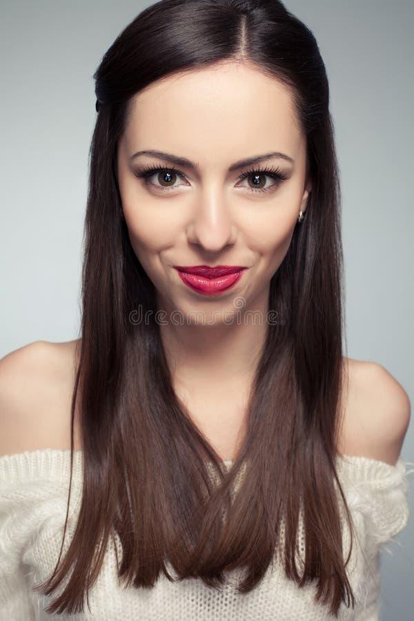Porträt des schönen jungen langhaarigen Brunettelächelns lizenzfreie stockbilder