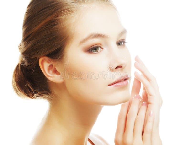 Porträt des schönen jungen Mädchens mit sauberer Haut lizenzfreie stockbilder