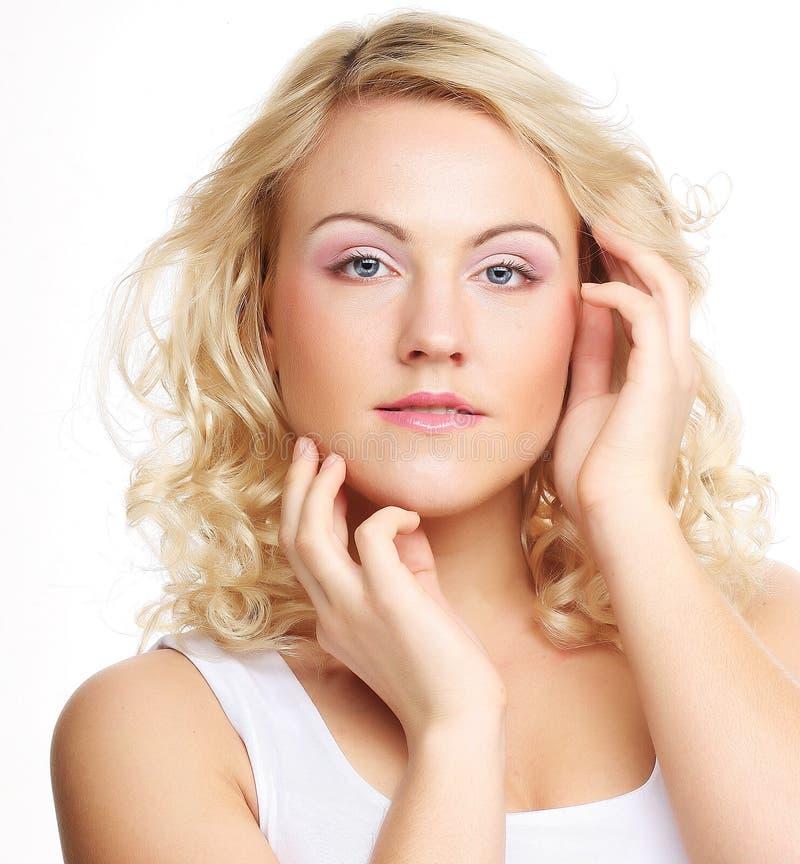 Porträt des schönen jungen Mädchens mit sauberer Haut lizenzfreies stockfoto