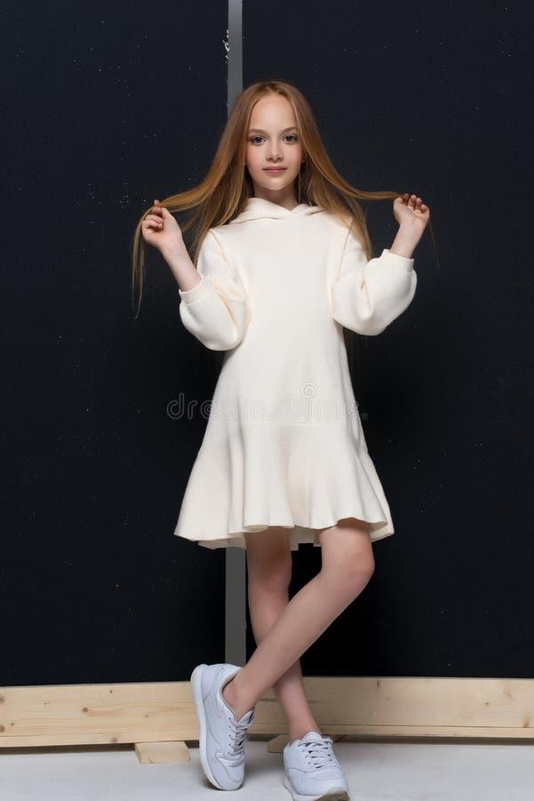 Porträt des schönen jungen Rothaarigemädchens, das im Studio aufwirft stockfotografie
