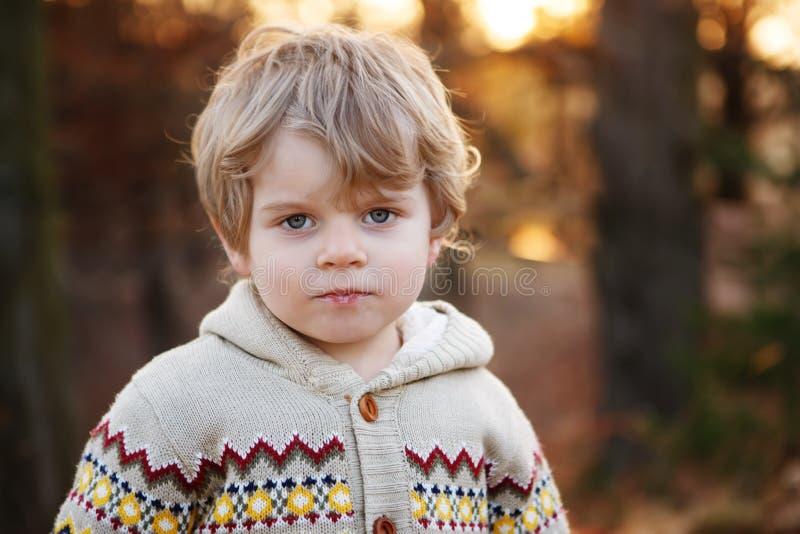 Porträt des schönen kleinen kaukasischen Jungen von 2, draußen - Petersburg Nettes Kleinkind mit den blonden Haaren in der Abendd lizenzfreie stockbilder