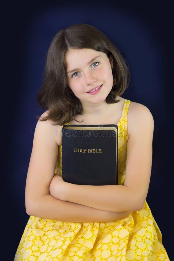 Porträt des schönen kleinen Mädchens, das heilige Bibel hält stockbilder