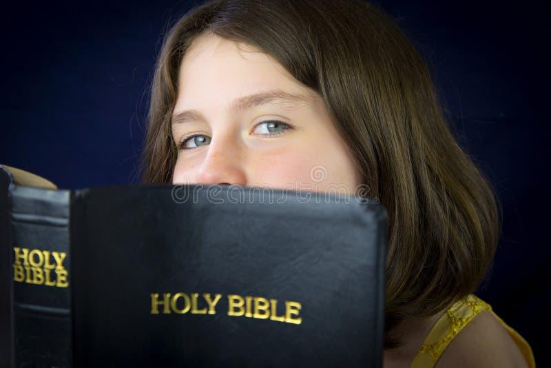 Porträt des schönen kleinen Mädchens, das heilige Bibel hält lizenzfreie stockbilder