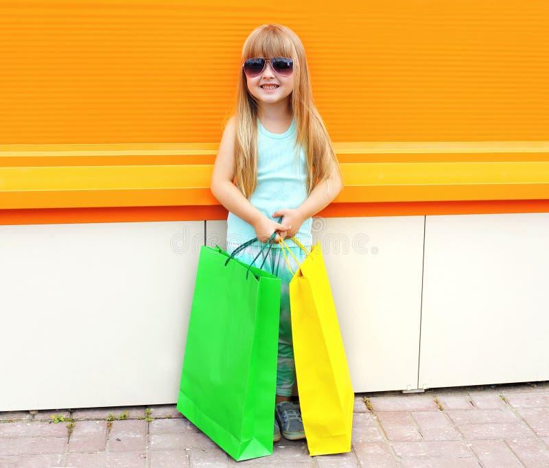 Porträt des schönen lächelnden Kindes des kleinen Mädchens in der Sonnenbrille lizenzfreie stockbilder