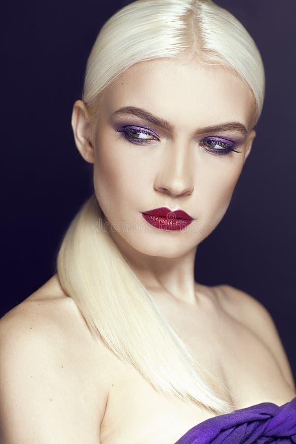 Porträt des schönen Mädchens mit Abschluss des blonden Haares oben lokalisiert auf schwarzem Hintergrund lizenzfreie stockfotografie
