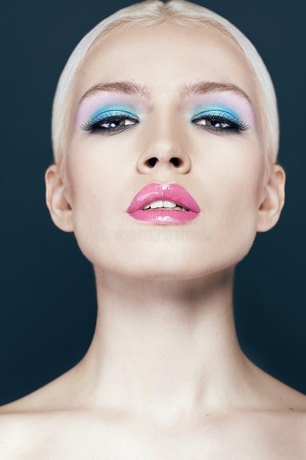 Porträt des schönen Mädchens mit Abschluss des blonden Haares oben lokalisiert auf schwarzem Hintergrund lizenzfreie stockbilder