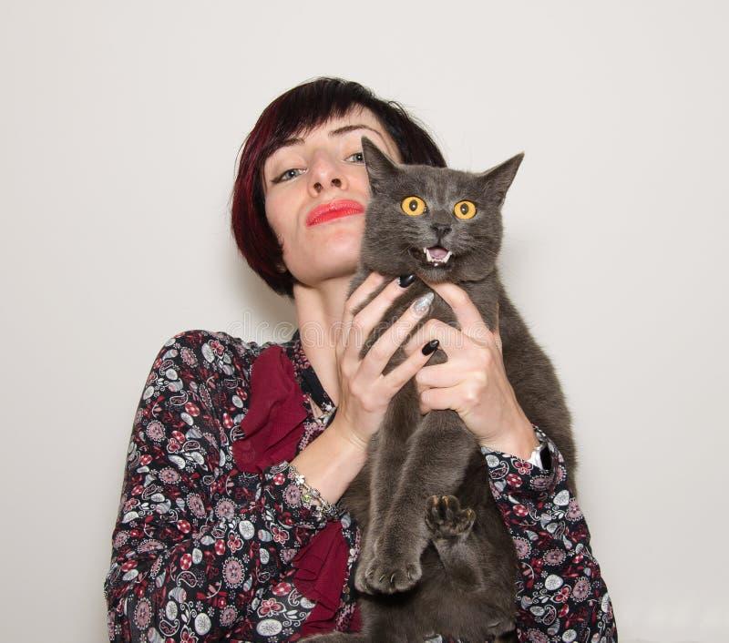 Porträt des schönen Mädchens mit lustiger chartreux Katze stockfotos