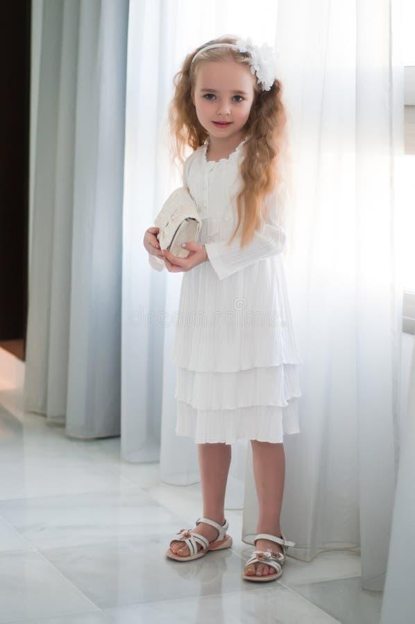 Porträt des schönen Mädchens nahe weißem Vorhang lizenzfreie stockfotografie