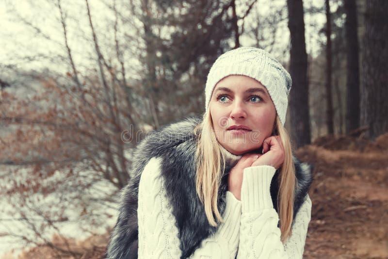 Porträt des schönen Mädchens am schwermütigen Herbsttag stockbild