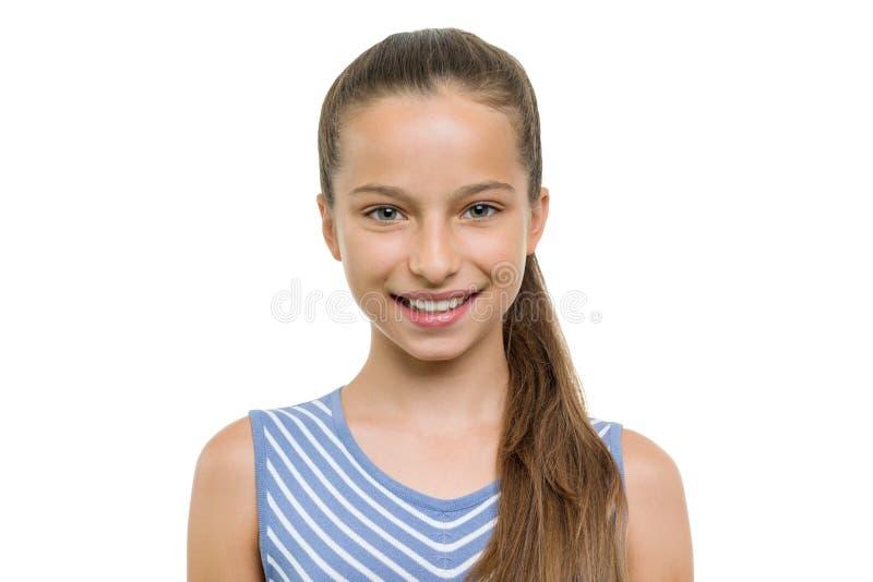 Porträt des schönen Mädchens von 10, 11 Jahre alt Kind mit dem perfekten weißen Lächeln, lokalisiert auf weißem Hintergrund lizenzfreie stockfotos