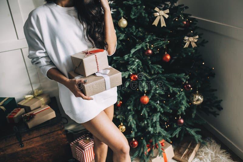 Porträt des schönen Mädchens vor Weihnachten stockfotos