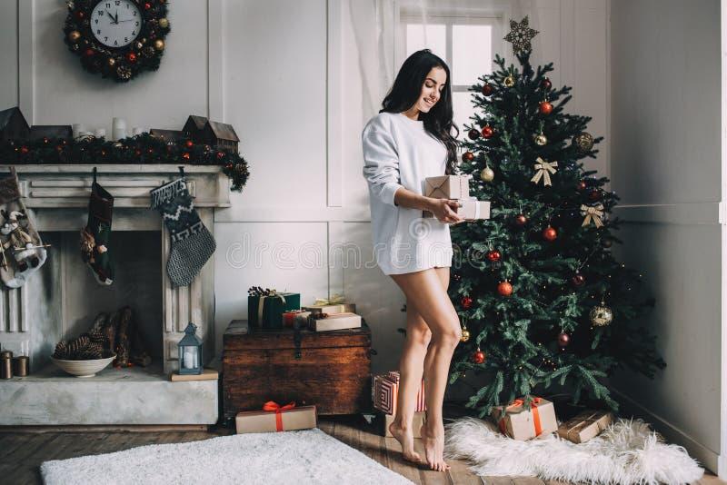 Porträt des schönen Mädchens vor Weihnachten lizenzfreies stockbild