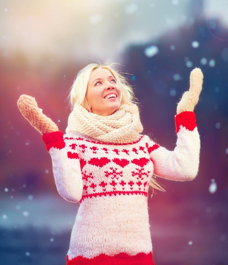 Porträt des schönen Mädchens Winterschnee genießend stockfoto