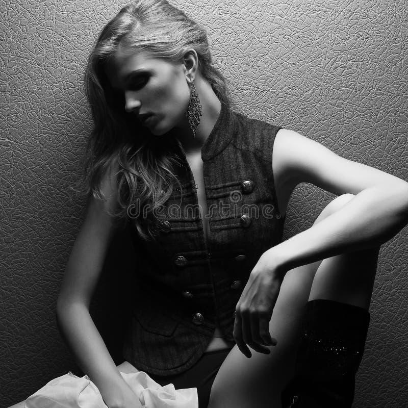 Porträt des schönen Mode-Modells aufwerfend über grauem Hintergrund lizenzfreie stockfotos