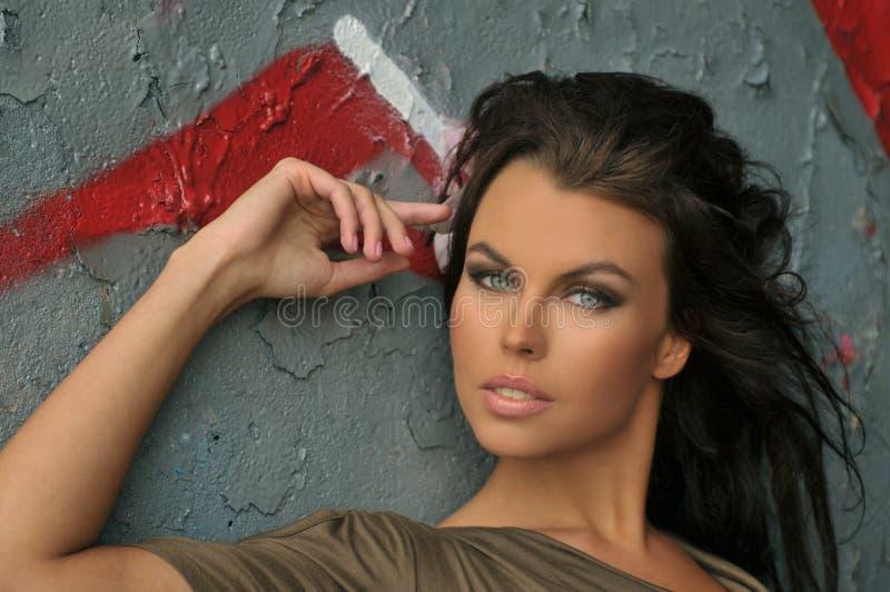 Porträt des schönen Modebadeanzugmodells mit Zaubermake-up lizenzfreie stockfotografie