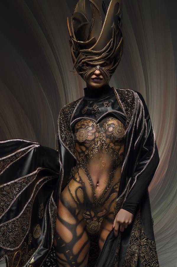 Porträt des schönen Modells mit Schmetterlings-Körperkunst der Fantasie goldener stockbilder