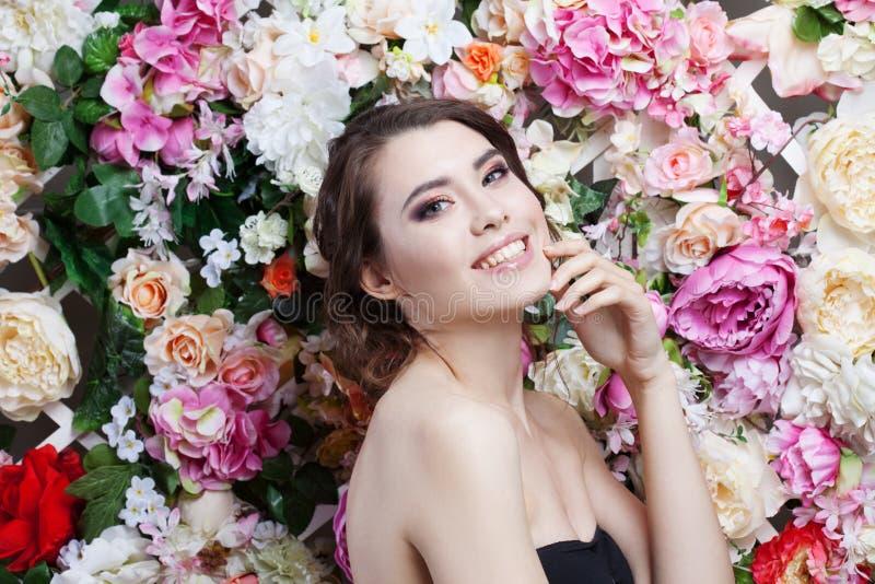 Porträt des schönen Modemädchens, Bonbon, sinnlich Schönes Make-up und unordentliche romantische Frisur Fahne der Blumen-Backgrou stockbilder