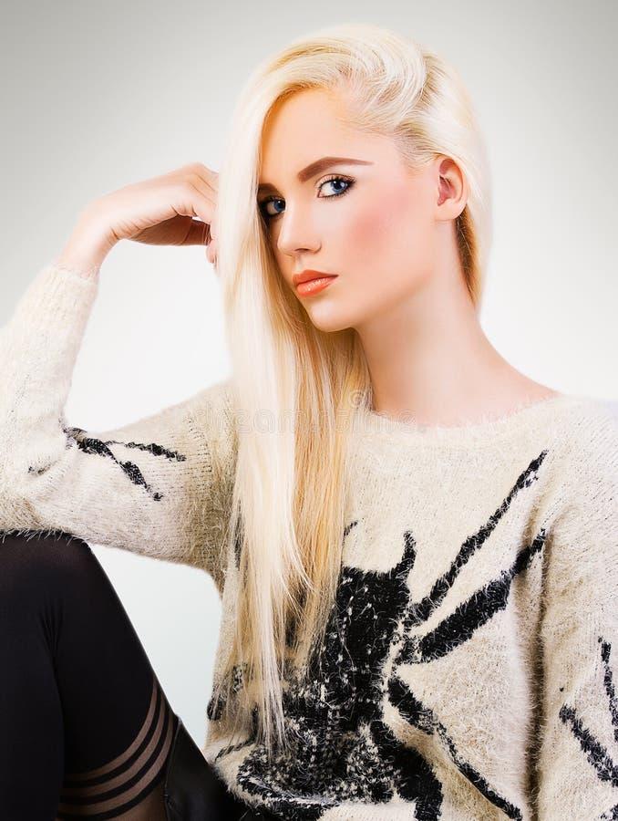 Porträt des schönen modernen Mädchens lizenzfreies stockfoto