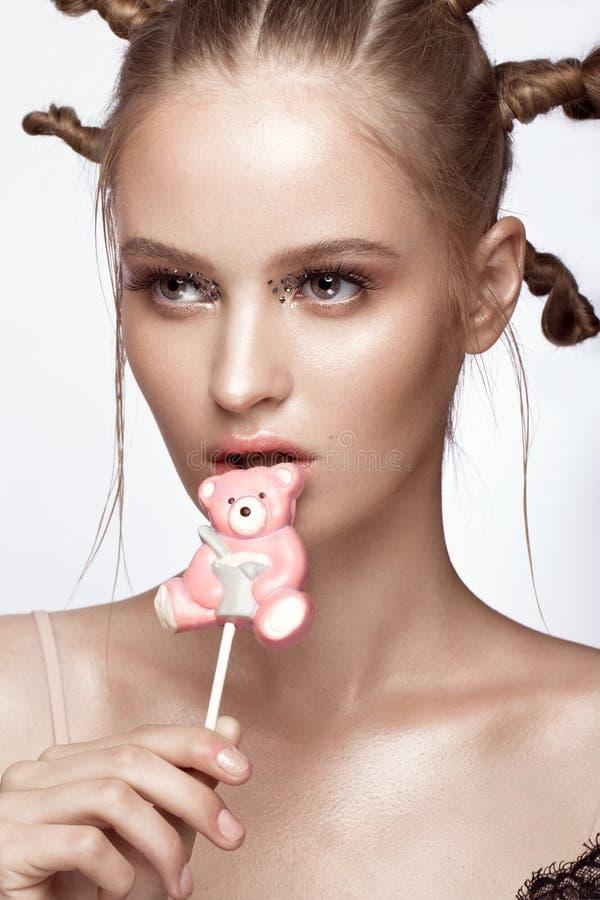 Porträt des schönen netten Mädchens mit Spaßfrisur und kreative Kunst richten her Schönes lächelndes Mädchen stockbilder