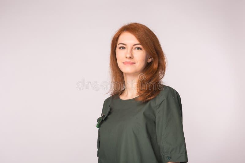 Porträt des schönen Rothaarigemädchens, das im weißen Hintergrund mit Kopienraum aufwirft lizenzfreie stockbilder