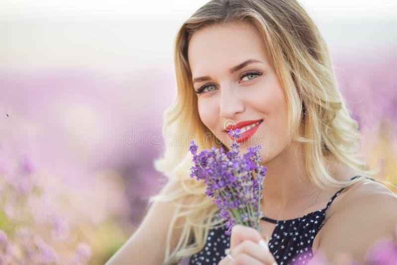 Porträt des schönen sexy Mädchens, das auf dem Lavendelfeld liegt lizenzfreies stockbild