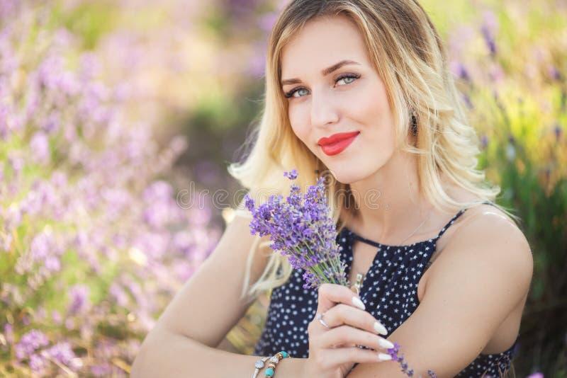 Porträt des schönen sexy Mädchens, das auf dem Lavendelfeld liegt lizenzfreie stockbilder