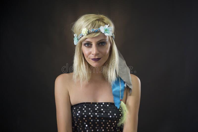 Porträt des schönen tragenden Hippiestirnbandes der jungen Frau stockfotografie