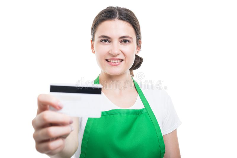 Porträt des schönen Verkaufsberaters Debitkarte gebend stockfotografie