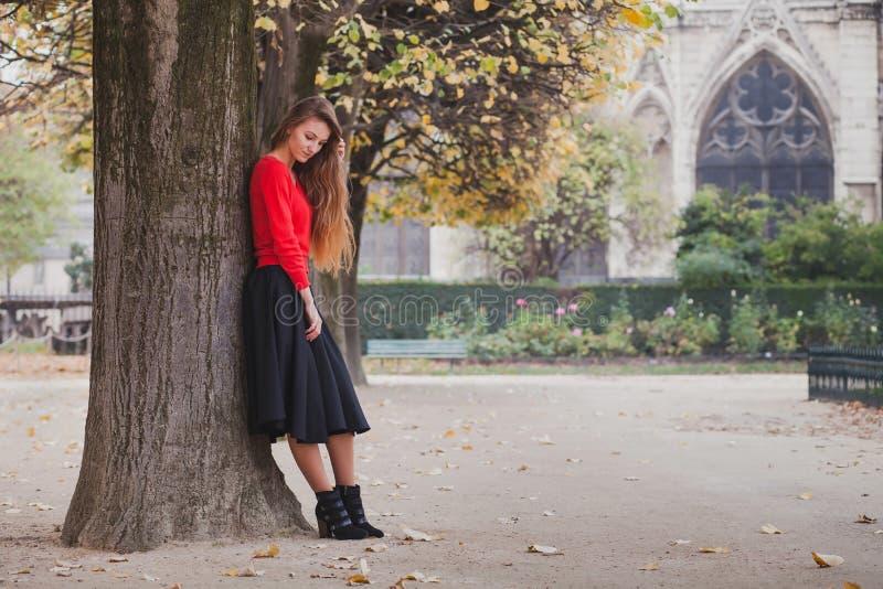 Porträt des schönen vollen Körpers der jungen Frau lizenzfreie stockfotografie