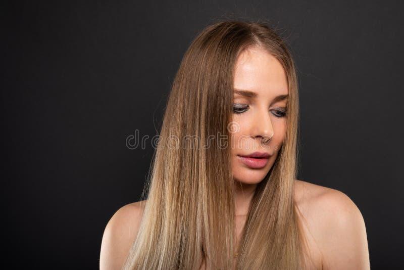 Porträt des schönen weiblichen Modells, welches das Schauen sexy aufwirft lizenzfreie stockbilder