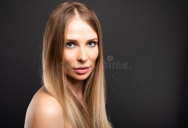 Porträt des schönen weiblichen Modells, welches das Schauen sinnlich aufwirft stockfotografie