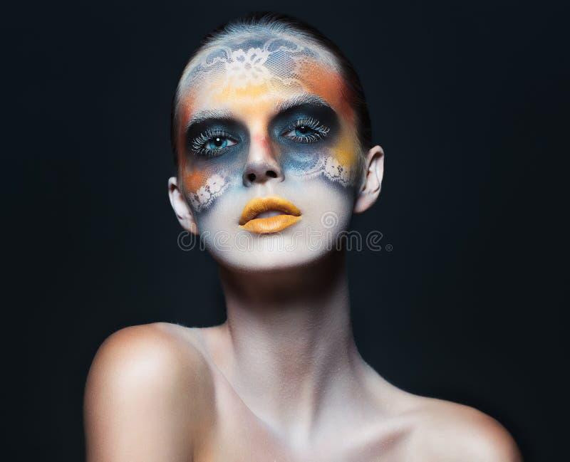 Porträt des schönen Zaubermädchens mit Make-up des dunklen Auges im f lizenzfreie stockfotos