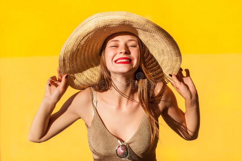 Porträt des Schönheitsmode-modells im Strohhut stockfotos