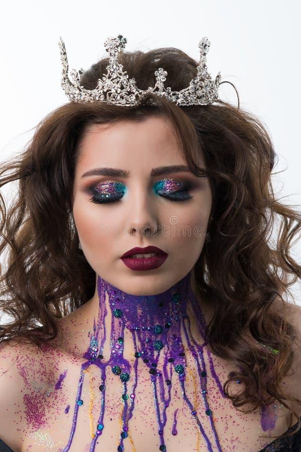 Porträt des Schönheitsmodells mit Berufsmake-up stockbild