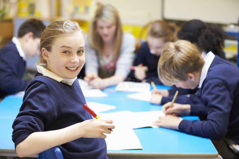Porträt des Schülers im Klassenzimmer mit Lehrer lizenzfreies stockfoto