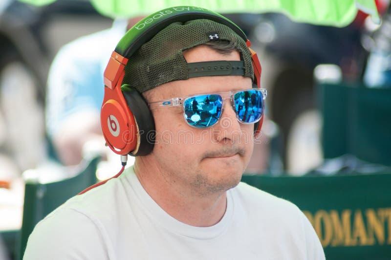 Porträt des Schlagzeugers mit Sonnenbrillen und Kopfhörern in im Freien lizenzfreies stockbild