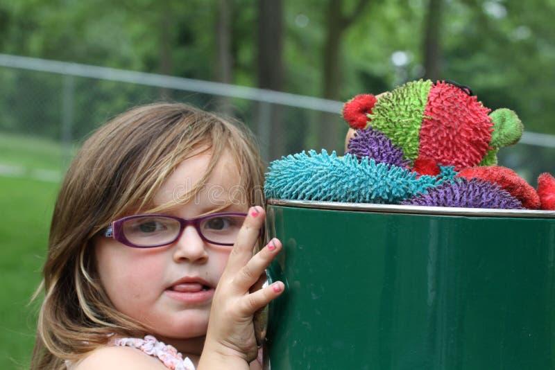 Porträt des schmutzigen jungen Mädchens, das am Park spielt stockfoto