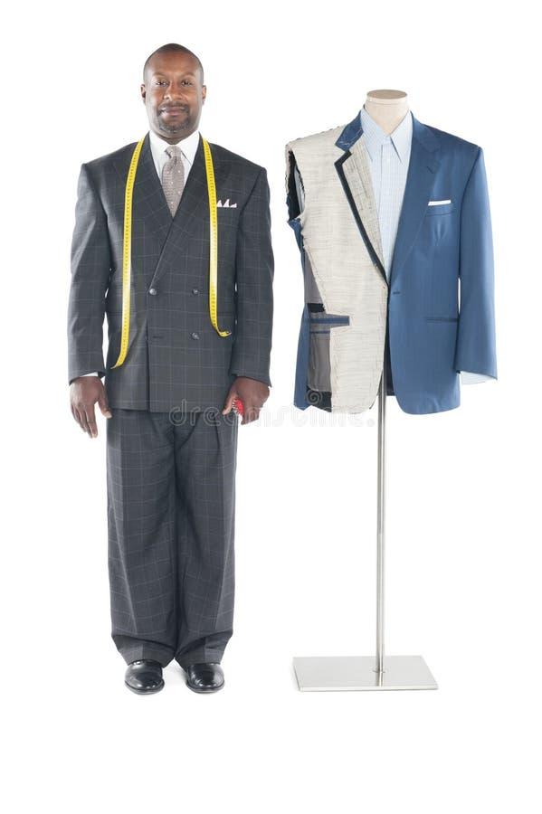 Porträt des Schneiders in der Stellung der formellen Kleidung außer einer Attrappe stockfoto