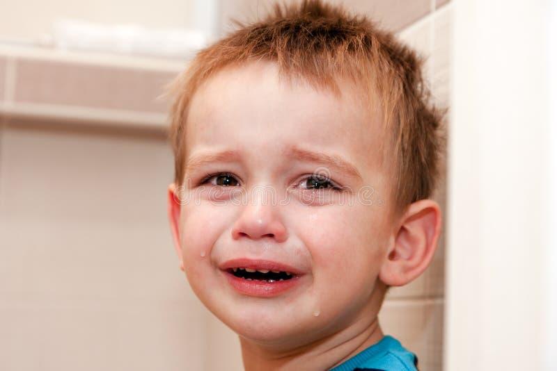 Porträt des schreienden Babys im Haus lizenzfreies stockbild