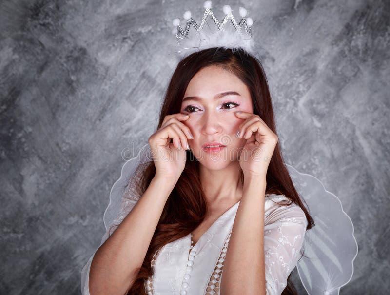 Porträt des schreienden Engels der jungen Frau lizenzfreie stockfotos