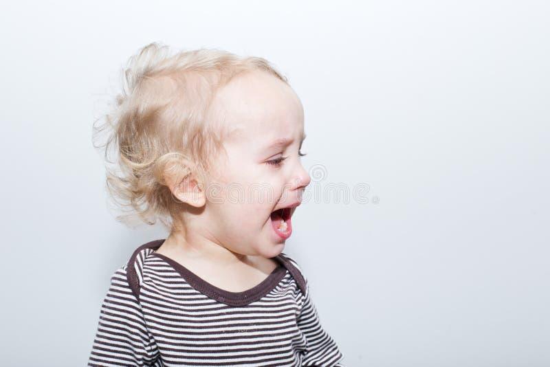 Porträt des schreienden Jungen stockfoto