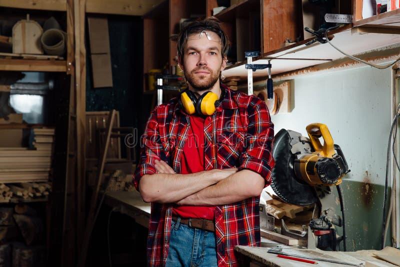 Porträt des Schreiners in der Werkstatt stockfotos