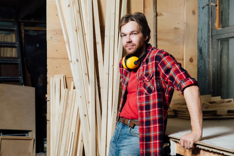 Porträt des Schreiners in der Werkstatt stockfoto