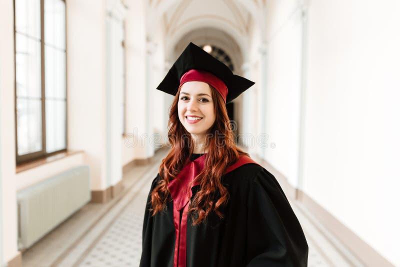 Porträt des Schulabgängermädchens der Universität stockbild