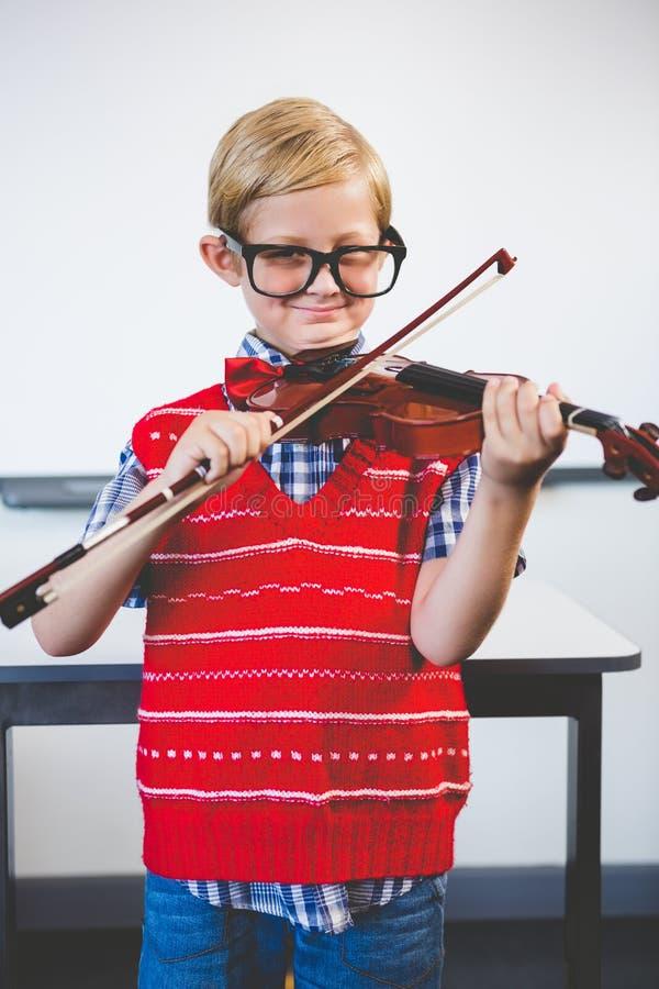 Porträt des Schulkindes vortäuschend, Musiklehrer zu sein lizenzfreie stockfotos