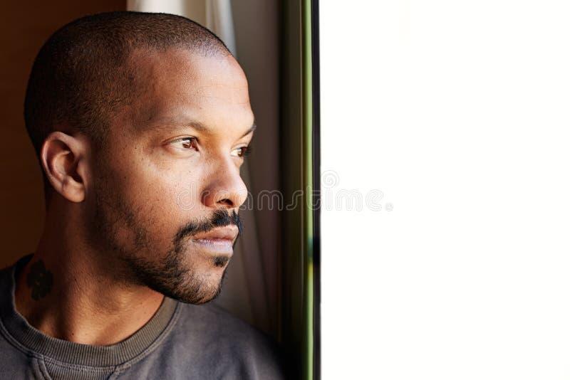 Porträt des schwarzen Mannes des attraktiven BÄRTIGEN Afrikaners lizenzfreie stockfotografie