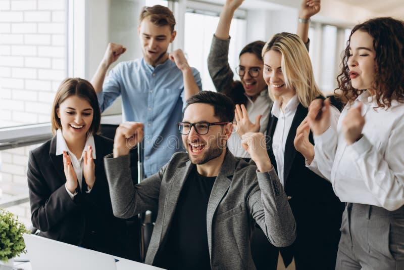 Porträt des sehr glücklichen erfolgreichen ausdrucksvollen gestikulierenden Geschäftsteams im Büro lizenzfreies stockbild