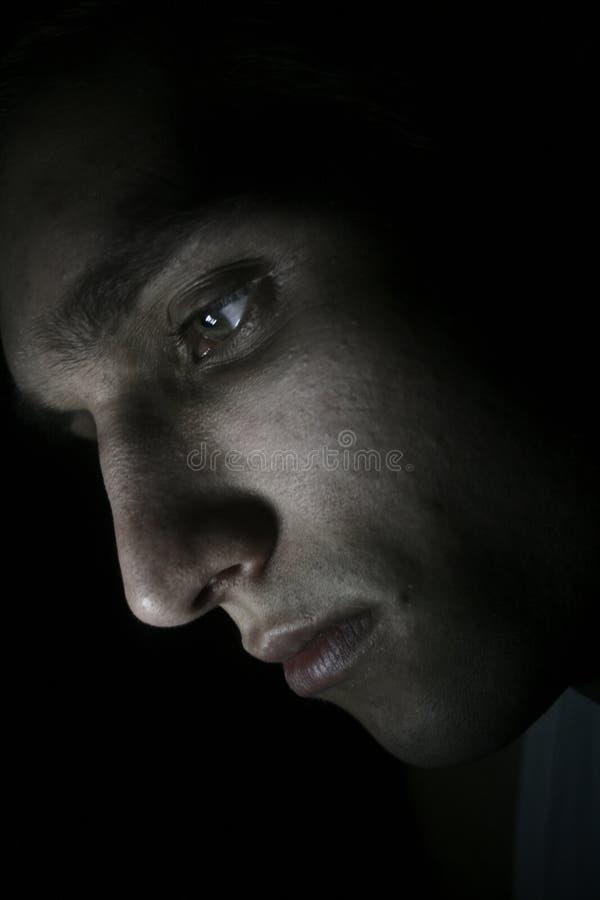 Porträt des sexy Mannes aufwerfend im Studio stockbild