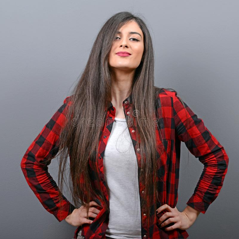 Porträt des sexy zufälligen Mädchens mit Retro- Kamera gegen grauen Hintergrund stockfoto