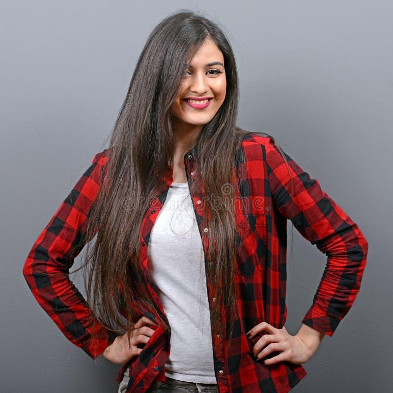 Porträt des sexy zufälligen Mädchens mit Retro- Kamera gegen grauen Hintergrund stockbilder
